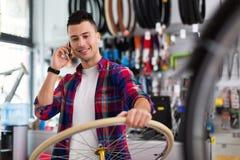 Vendeur dans la boutique de bicyclette Photos stock