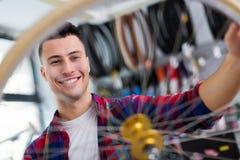 Vendeur dans la boutique de bicyclette Photos libres de droits