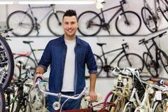 Vendeur dans la boutique de bicyclette Image stock