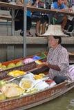 Vendeur de bateau préparant le riz collant de mangue au marché de flottement autour de la région de Bangkok Photos stock