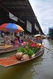Vendeur de bateau vendant des roses et des feuilles pandan au marché de flottement autour de la région de Bangkok Photos stock