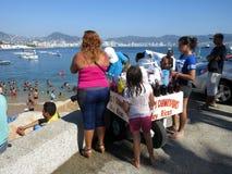 Vendeur de Chamoyada à la plage de public d'Acapulco Image stock