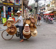 Vendeur de chapeau à Hanoï, Vietnam Image stock