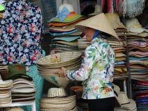 Vendeur de chapeau Rues passantes de Ho Chi Minh City, Saigon, Vietnam Photo libre de droits