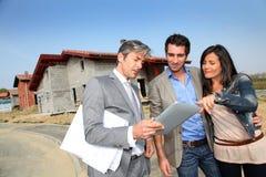 Vendeur de contact de couples sur le chantier de construction Photographie stock