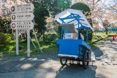 Vendeur de crème glacée au parc de château de Hirosaki Photographie stock libre de droits