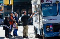 Vendeur de crème glacée vendant les nouveautés congelées Image stock
