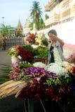 Vendeur de fleur de Myanmar photographie stock