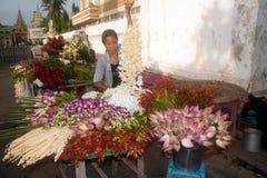 Vendeur de fleur de Myanmar photographie stock libre de droits