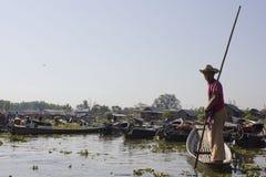 Vendeur de flottement de souvenir du marché et de bateau dans le lac Inle Photographie stock