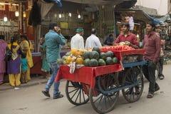 Vendeur de fruit à la rue d'Ajmeer Image stock