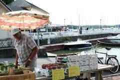 Vendeur de fruits frais dans Naantali, Finlande Image stock