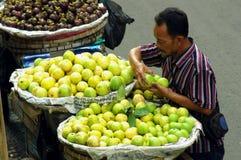 Vendeur de goyave, Indonésie Photos stock