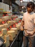 Vendeur de halva sur le marché de Mahane Yehuda Images stock
