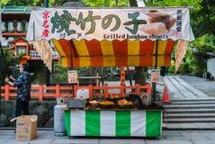 Vendeur de nourriture au tombeau de Yasaka-jinja images libres de droits