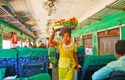 Vendeur de nourriture au travail, Yangon, Myanmar Photographie stock libre de droits