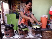 Vendeur de nourriture dans la ville Philippines d'antipolo en Asie Image libre de droits