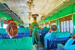 Vendeur de nourriture dans le train, Myanmar Photographie stock
