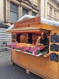 Vendeur de pain de vacances de Cougnou au marché de Noël images libres de droits