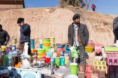 Vendeur de plastique d'articles sur une rue irakienne Photographie stock libre de droits