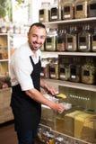 Vendeur de sourire d'homme se tenant avec des céréales vendues Photo libre de droits