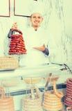 Vendeur de sourire d'homme travaillant au marché de la viande Images libres de droits