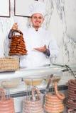 Vendeur de sourire d'homme travaillant au marché de la viande Photos stock