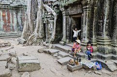 Vendeur de stalle de bibelot de souvenir dans le cambod célèbre de temple d'Angkor Vat photos libres de droits