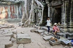 Vendeur de stalle de bibelot de souvenir dans le cambod célèbre de temple d'Angkor Vat images stock