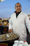 Vendeur de stalle de nourriture d'escargot en Jemaa Al Fnaa dans Marrkesh Images libres de droits