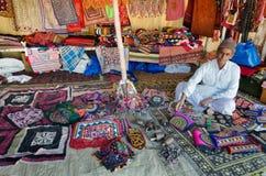Vendeur de travail manuel dans sa boutique, Kutch, Goudjerate, Inde Image stock