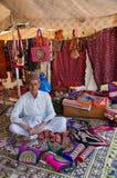 Vendeur de travail manuel dans sa boutique, Kutch, Goudjerate, Inde Photo libre de droits