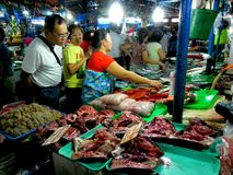 Vendeur de viande et de poissons sur un marché humide de cubao, Quezon City, Philippines photographie stock libre de droits