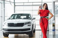 Vendeur de voiture de sourire remettant vos nouveaux clés de voiture, concessionnaire et concept de ventes Fille heureuse l'achet Photos libres de droits