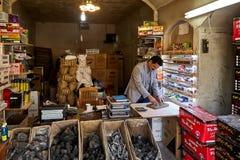 Vendeur des produits de charbon et du tabac de narguilé, Kashan, Iran Photo stock