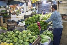 Vendeur empilant le produit frais à Amman Jordanie Photographie stock libre de droits
