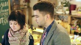 Vendeur et client à la boutique clips vidéos