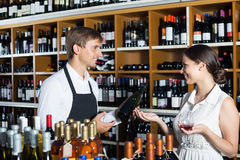 Vendeur et client de vin dans la boutique de vin Photographie stock