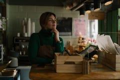 Vendeur féminin dans la boulangerie image libre de droits