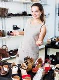 Vendeur féminin dans la boutique de chaussures Photographie stock
