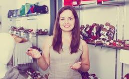 Vendeur féminin dans la boutique de chaussures Images libres de droits