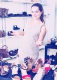 Vendeur féminin dans la boutique de chaussures Images stock