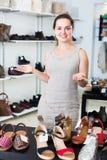 Vendeur féminin dans le magasin de chaussures Image stock