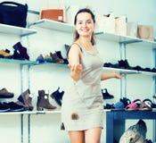 Vendeur féminin dans le magasin de chaussures Photographie stock libre de droits