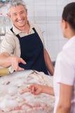 Vendeur heureux des poissons images libres de droits