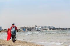 Vendeur illégal des tissus sur la plage Image stock