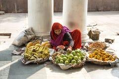 Vendeur indien latéral de fruit de route Photographie stock libre de droits