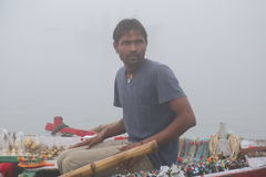 Vendeur indien vendant des souvenirs sur le Gange Image stock