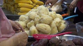 vendeur 4K vendant le maïs et les pommes de terre rôties dans la rue de Busan LA COR?E DU SUD clips vidéos
