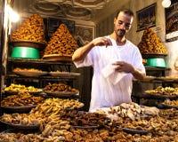 Vendeur local de nourriture en Médina de Marrakech photo stock